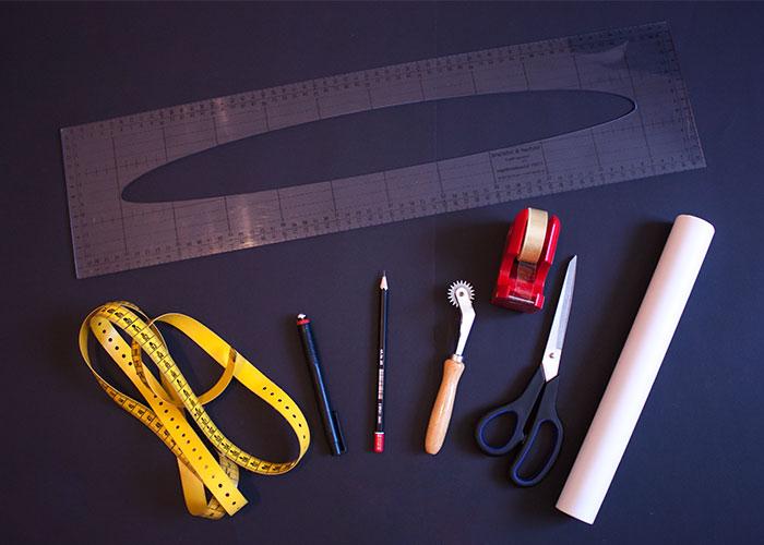 dessous nähen, zubehör schnittzeichnen, lineal vater, maßband, bleistift, radierstift, kopierrädchen klebestreifen, schere, butterbrotpapier