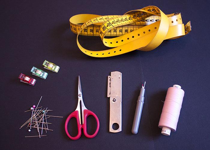 dessous nähen, faden, pfeiltrenner, rasiermesser, stecknadeln, nähklammern, maßband